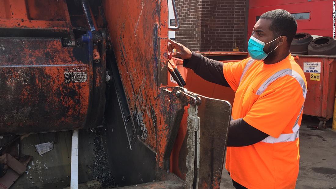 Trash-Sammler überwältigt von der steigenden Menge von Hausmüll