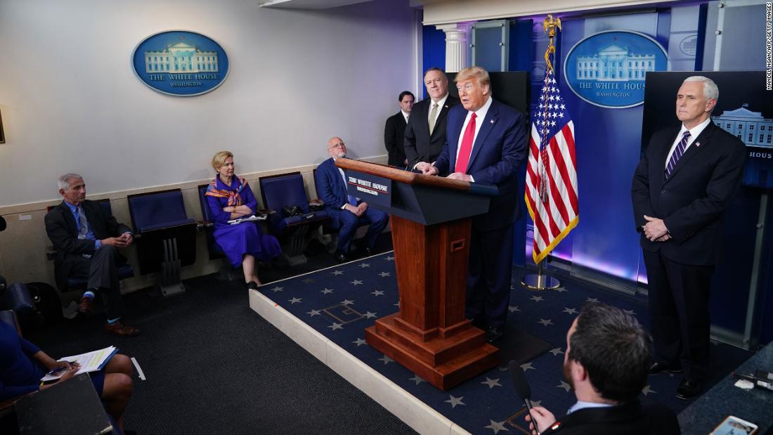 Trump menawarkan dua berbahaya kebohongan dalam sebagian besar langsung briefing