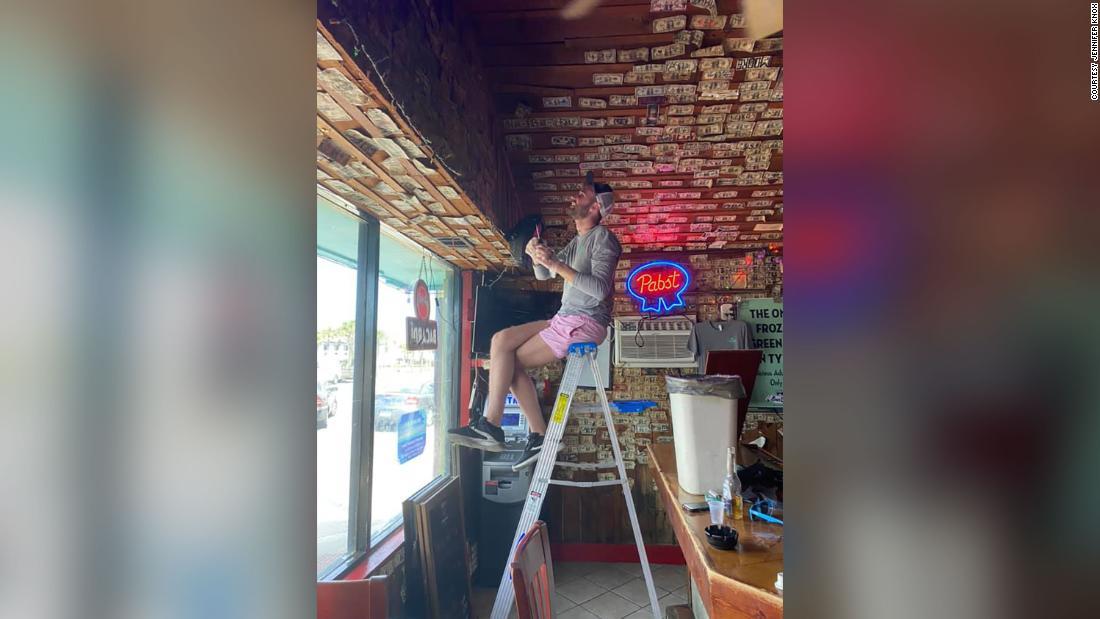Ο ιδιοκτήτης του μπαρ αφαιρεθεί $3,714 αξίας τους λογαριασμούς από τους τοίχους για να της το δώσω ανέργων προσωπικό