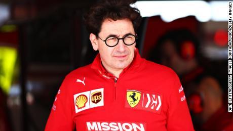 Binotto se uită în garaj în timpul testării finale pentru Marele Premiu F1 din Statele Unite.