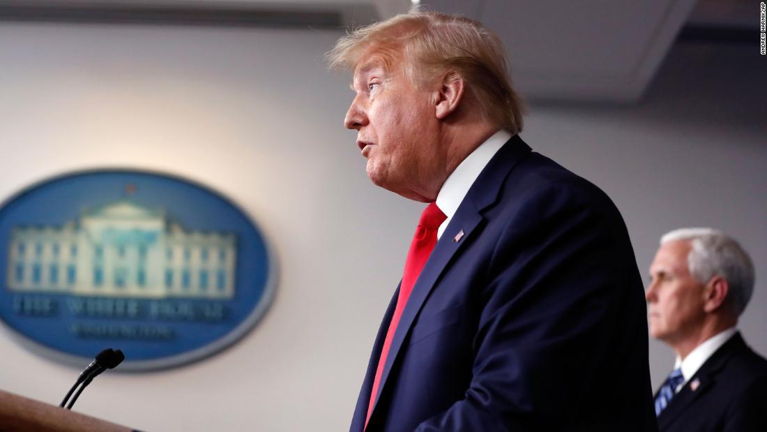 Οι γιατροί λένε ότι ο ιός ορίζει το χρονοδιάγραμμα για το πότε οι ΗΠΑ μπορεί να ξανανοίξει. Αλλά καθώς η οικονομία παραπαίει, ο Πρόεδρος έχει ήδη επιπλέει νωρίτερα.
