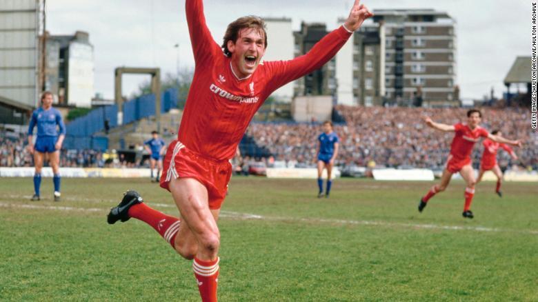 ในฐานะผู้จัดการทีมลิเวอร์พูล Kenny Dalglish ฉลองหลังจากทำประตูชนะซึ่งทำให้ Liverpool เป็นดิวิชั่น 1 ในฤดูกาล 1985/86 หลังจากเอาชนะ Chelsea 1-0 ที่ Stamford Bridge