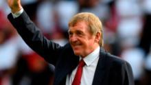 Kenny Daglish recunoaște aplauzele fanilor după ce a înființat o nouă tribună la Anfield în numele său în 2017, în recunoașterea realizărilor sale ca jucător și manager la Liverpool. )