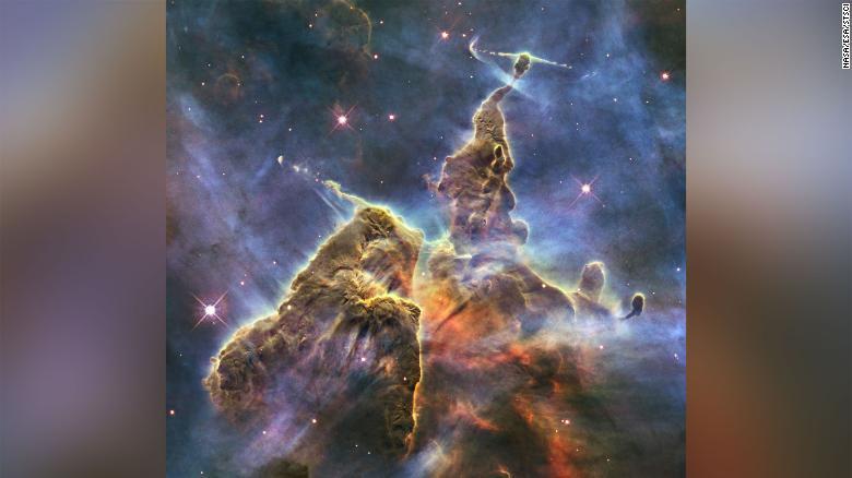 Το διαστημικό τηλεσκόπιο Hubble της NASA καταγράφει τη χαοτική δραστηριότητα πάνω από μια τριώροφη στήλη αερίου και σκόνης που καταναλώνεται από το λαμπρό φως από τα κοντινά φωτεινά αστέρια σε ένα θυελλώδες αστρικό φυτώριο που ονομάζεται Νεφέλωμα Carina
