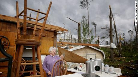 Nord-Est pe vânturi puternice, după furtuni ucise cel puțin 31 în sud