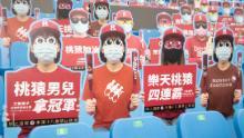 Decupajele fanilor de carton au umplut părți din stadion pentru jocul de baseball spălat sâmbătă.