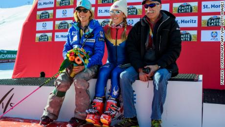 Shiffrin (tengah) berpose bersama orang tuanya Eileen dan Jeff setelah memenangkan perlombaan slalom putri di Kejuaraan Ski Dunia FIS Alpine 2017 di St Moritz pada 18 Februari 2017.