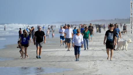 Gli amanti della spiaggia a Jacksonville, in Florida, sono usciti a frotte per godersi la spiaggia riaperta il 17 aprile. Le attività si limitano a camminare, correre, andare in bicicletta e pescare.