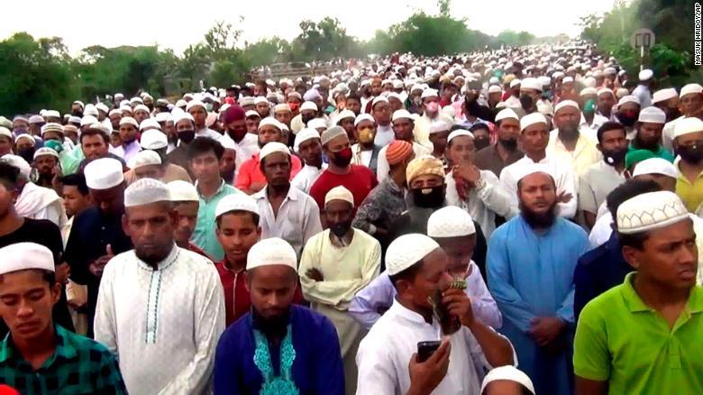 В Бангладеш прошли 100-тысячные похороны несмотря на карантин