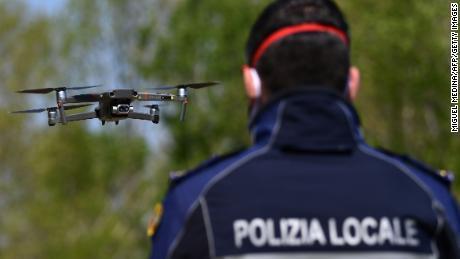 Un agente di polizia pilota un drone DJI Mavic 2 Enterprise con un sensore termico per controllare la temperatura delle persone il 9 aprile a Treviolo, vicino a Bergamo, in Italia.