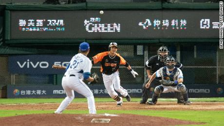 Chieh-Hsien Chen hit a ground out at the top of the 5th inning during the CPBL game between Uni-Lions and Fubon Guardians at Xinzhuang Baseball Stadium.