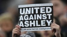Un fan Newcastle protestează împotriva actualului proprietar Mike Ashley.