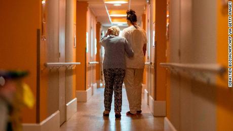 Covid 19: ¿Qué va a pasar con los adultos mayores? ¿Seguirán confinados? -  CNN Video