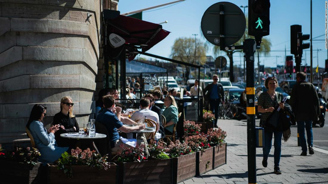 People have lunch at a restaurant in Stockholm on April 22, 2020, during the coronavirus COVID-19 pandemic. (Photo by Jonathan NACKSTRAND / AFP) (Photo by JONATHAN NACKSTRAND/AFP via Getty Images)
