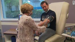 Se inscribió en una prueba de vacuna contra el coronavirus utilizando un método que nunca se ha utilizado en humanos.  He aquí por qué.