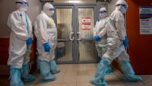 Gli operatori sanitari aspettano di entrare nella zona rossa per curare i pazienti con coronavirus presso l'Ospedale Clinico Spasokukotsky di Mosca il 22 aprile.