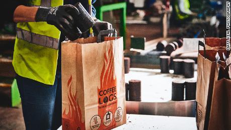 Şirketin kurucusu, bir torba Bio-bean kahve günlüklerinin maliyeti 7 £ (8,70 $) - İngiltere'de bulunan diğer yangın günlüklerine benzer.