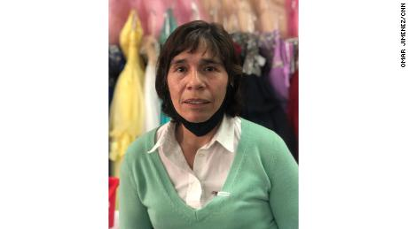 Patty Navarro, gerente de la boutique de Chicago Novias Dávila, ha cambiado su negocio de hacer vestidos a máscaras.