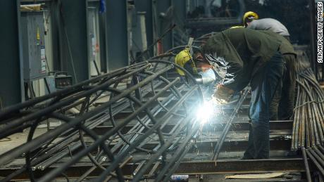 Un employé travaille sur des barres d'acier dans une usine de Hangzhou, dans la province orientale du Zhejiang, en Chine, le 15 mai 2020.