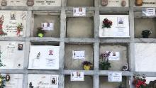 Tombe fresche nel cimitero di Nembro. Questa città ha subito uno dei più alti tassi di mortalità pro capite in Italia a causa del coronavirus. I suoi direttori di funerali e gli operai del cimitero sono occupati.