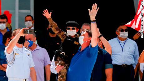 În timp ce spitalele braziliene falesc în pragul prăbușirii, Bolsonaro se impune cu susținători
