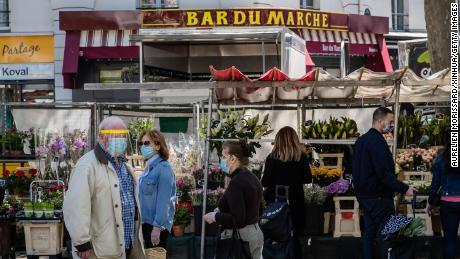Clients au marché de la place de la Bastille à Paris, le 17 mai 2020.