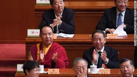 L'undicesimo Panchen Lama Gyaincain Norbu, selezionato dal governo cinese, applaude durante una sessione plenaria della Conferenza consultiva politica popolare cinese a Pechino il 10 marzo 2019.