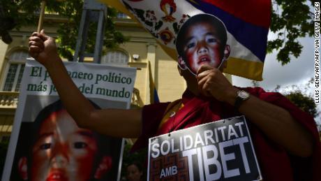 I manifestanti pro-tibetani conservano le foto di Gendun Cheokyi Nyima (riconosciuto dal Dalai Lama come l'undicesimo Panchen Lama) durante una manifestazione fuori dal consolato cinese a Barcellona il 17 maggio 2013.