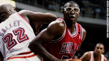 Grant maneuvers around John Salley of the Miami Heat.