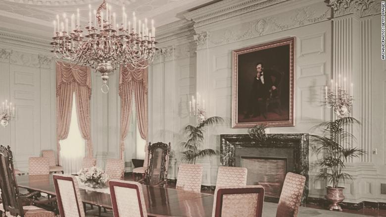 Портрет бывшего президента Авраама Линкольна, написанный Джорджем Питером Александром Хили, висит над камином в государственной столовой в Белом доме в 1962 году.