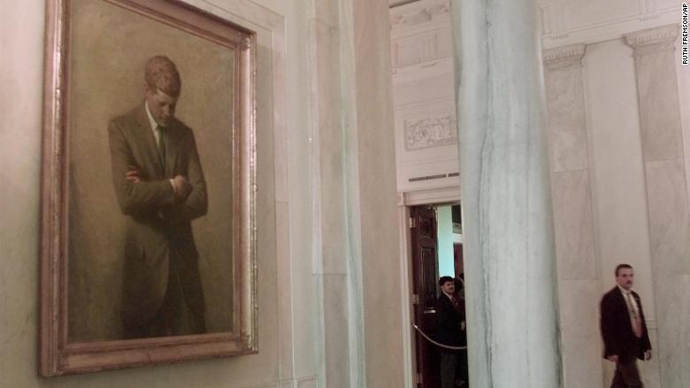 Портрет бывшего президента Джона Ф. Кеннеди висит в главном фойе Белого дома в январе 1998 года.