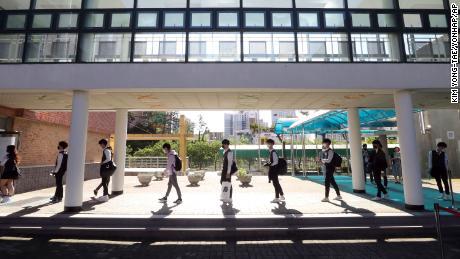I dottorandi mantengono la distanza sociale quando arrivano alla Hamwol High School di Ulsan, in Corea del Sud, mercoledì 20 maggio 2020.