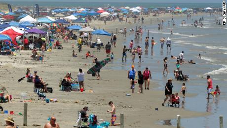 Les amateurs de plage se réunissent à Port Aransas, au Texas, samedi alors que les Américains se dirigent vers les côtes ce week-end.