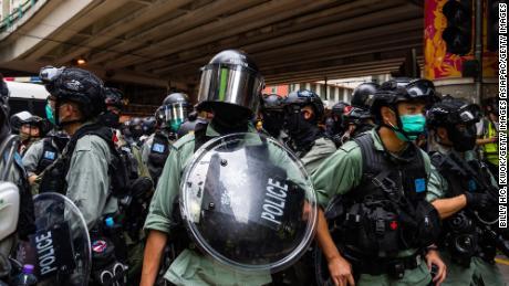 La policía antidisturbios vigila durante un mitin antigubernamental en Hong Kong el 24 de mayo de 2020.