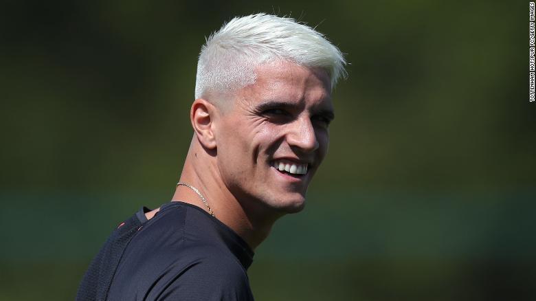 埃里克·拉梅拉(Erik Lamela)选择了经典的过氧化物金发。