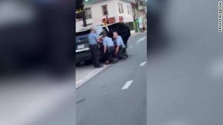 Das neue Video zeigt drei Polizisten, die auf George Floyd knien