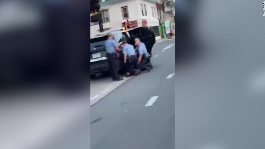 Video mới xuất hiện cho thấy 3 sĩ quan quỳ trên George Floyd