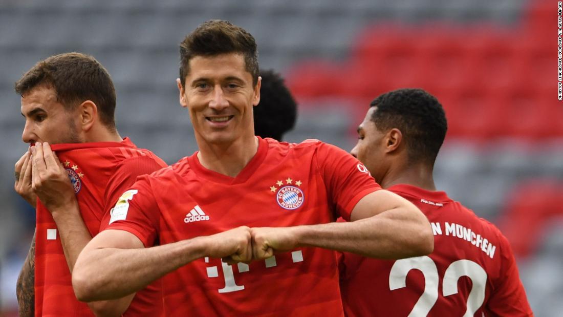 Robert Lewandowski dobla cuando el Bayern derrota a Fortuna para dejar 10 puntos libres