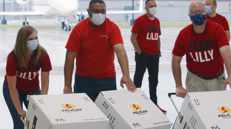 Na sexta-feira, os cientistas da Eli Lilly fizeram as malas e carregaram uma terapia com anticorpo Covid-19 para ser entregue em locais de ensaios clínicos em três cidades dos EUA.