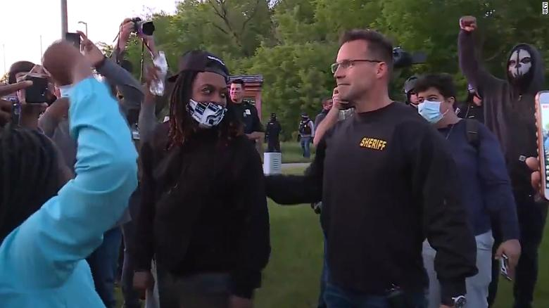 Sheriff takes off riot gear and joins peaceful protesters