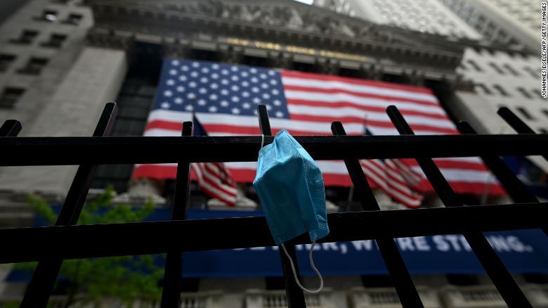 Uma máscara facial é vista em frente à Bolsa de Nova York (NYSE) em 26 de maio de 2020 em Wall Street, na cidade de Nova York.  - As bolsas de valores globais subiram na segunda-feira, impulsionadas pela perspectiva de um maior alívio dos bloqueios por coronavírus, apesar dos aumentos acentuados nas taxas de casos em alguns países como o Brasil.  No fim de semana, o presidente dos EUA, Donald Trump, impôs limites de viagem ao Brasil, agora o segundo país mais afetado depois dos Estados Unidos, lembrando aos mercados que, embora a perspectiva do coronavírus seja melhor, a crise está longe de terminar.  Os comentários são de responsabilidade exclusiva de seus autores e não representam a opinião deste site.