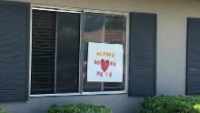 Panourile din ferestrele lui Bel Tooren exprimă recunoștința față de lucrătorii de îngrijire medicală în timpul pandemiei.