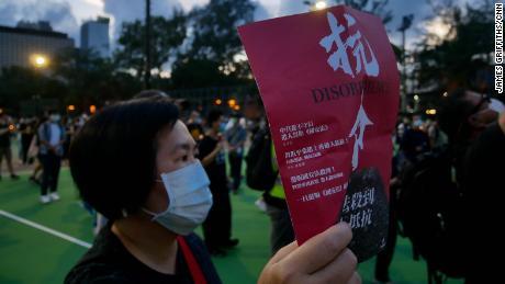 Mii de oameni din Hong Kong se adună în parcul Victoria al orașului pentru a marca 31 de ani de la represiunea din Piața Tiananmen pe 4 iunie 2020. A fost organizată o priveghi anuală în ciuda interdicției poliției și a ordinelor de a nu participa. Se reunesc din cauza coronavirusului.