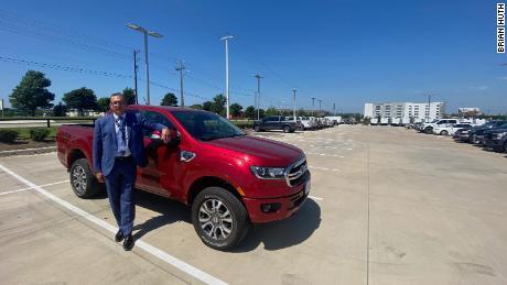Brian Huth din Sam Pack Ford cu cinci stele din Texas se află lângă unul dintre puținii Ford Rangers pe care i-a lăsat la vânzare.