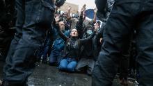 Protestatarii îngenunchează în fața poliției în timpul unui alt marș Black Lives Matter sâmbătă.