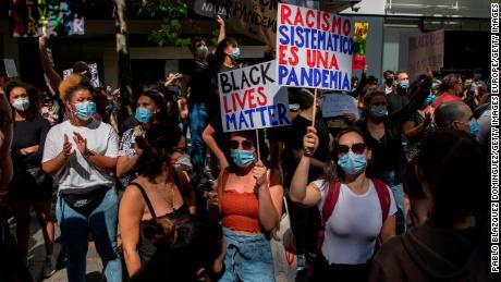 """Madrid'de bir protestocu, """"Sistemik ırkçılık bir salgındır."""""""