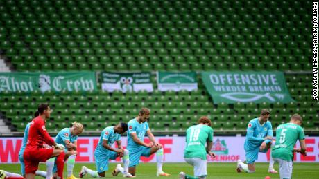 Her iki takımdan oyuncular Pazar günü Almanya'daki SV Werder Bremen ve VfL Wolfsburg arasındaki Bundesliga maçından önce protesto etmek için diz çöktü.