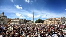 Protestatarii îngenunchează semnele de la Roma.
