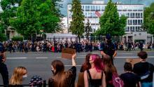 Mulțime în fața Ambasadei SUA la Varșovia, Polonia