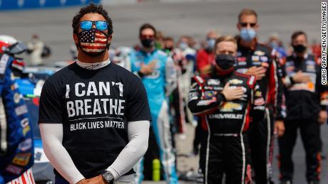 Bubba Wallace si è pronunciato contro l'esposizione della bandiera confederata negli eventi NASCAR, che NASCAR ha bandito nel giugno 2020.